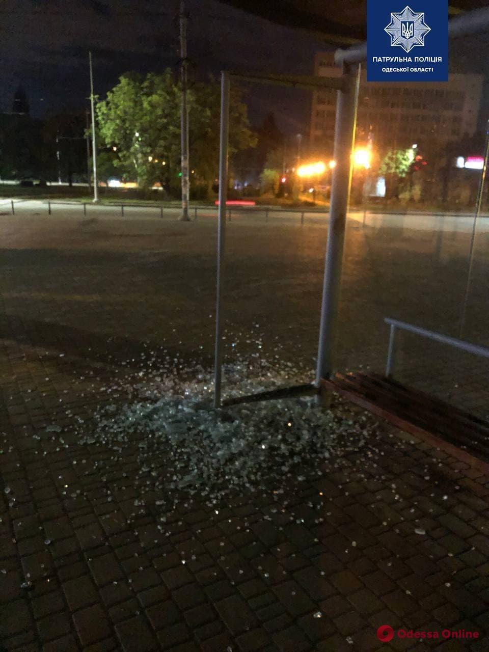 Разбили остановку: одесская полиция задержала двух вандалов