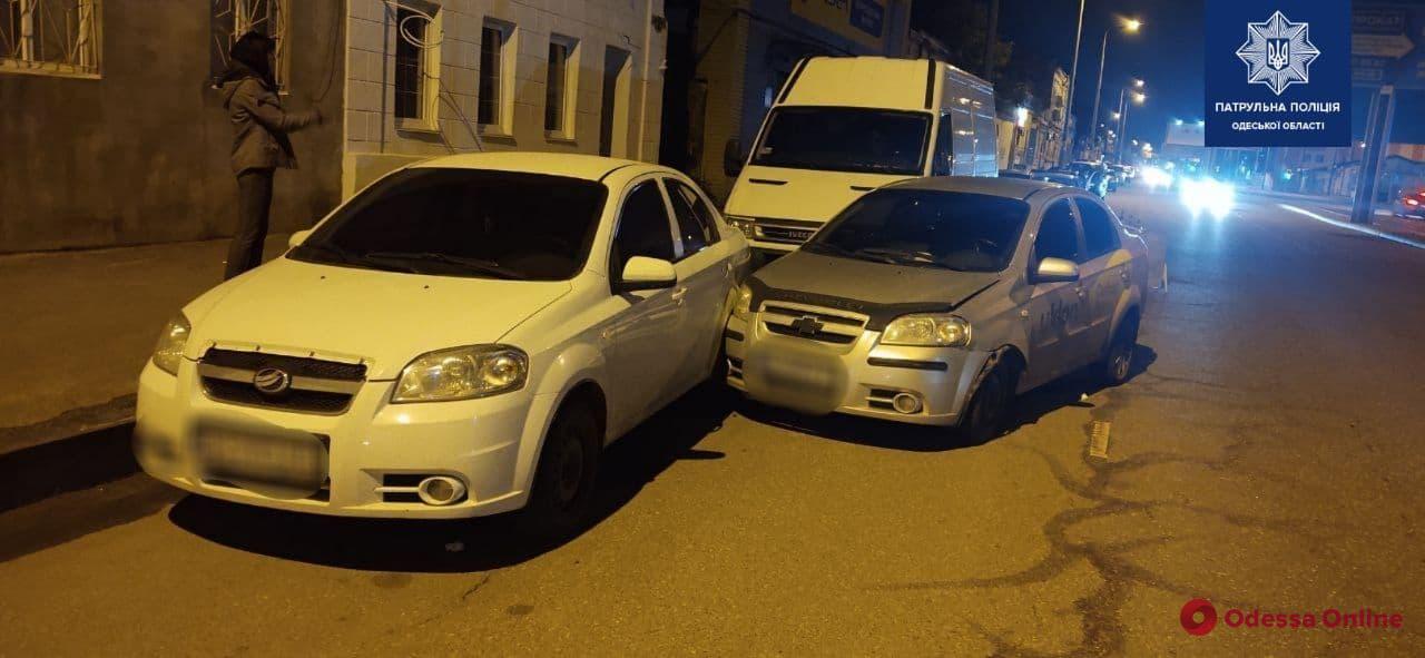На Балковской Chevrolet влетел в три припаркованных машины — водитель в больнице