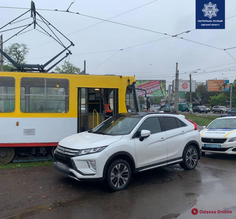 На Люстдорфской дороге автохам заблокировал движение трамваев