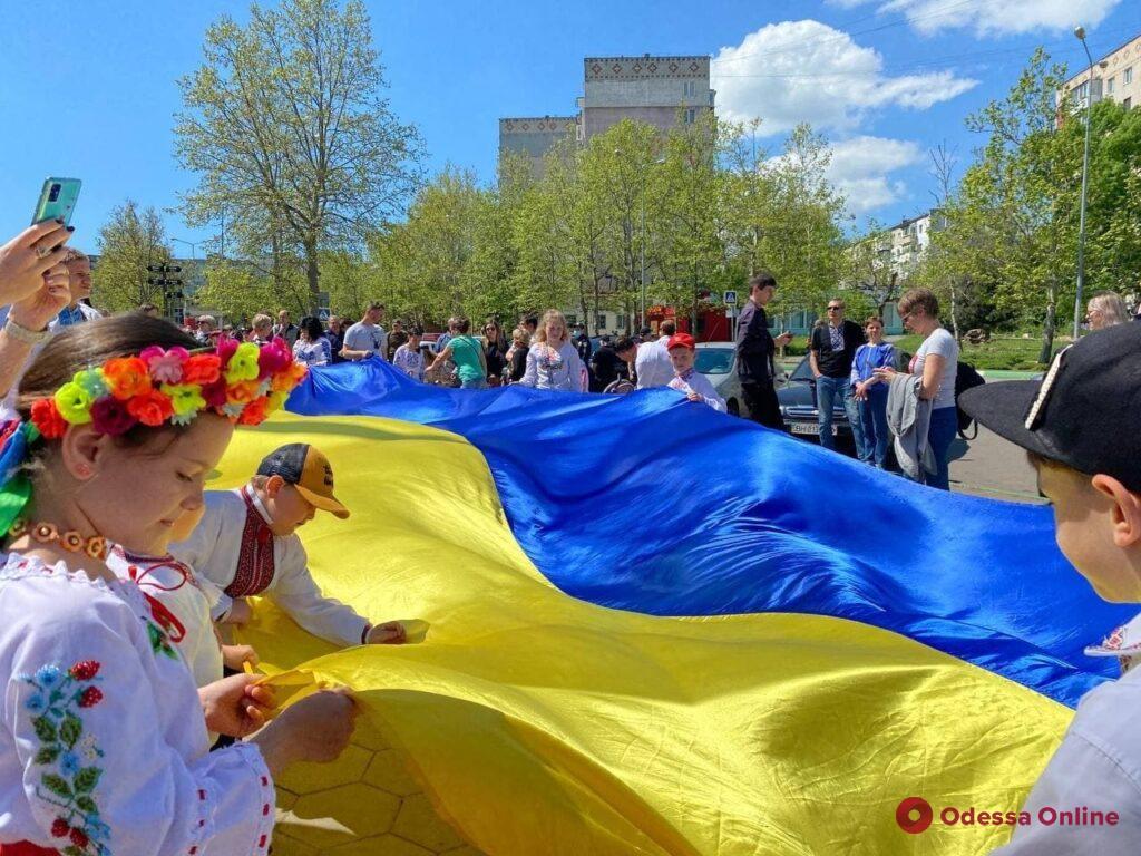 В Черноморске по случаю Дня вышиванки развернули 100-метровый флаг Украины (фото)