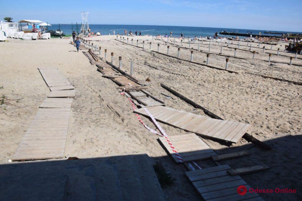 На пляже в Аркадии активисты снесли конструкции для огромного настила (фото, видео)