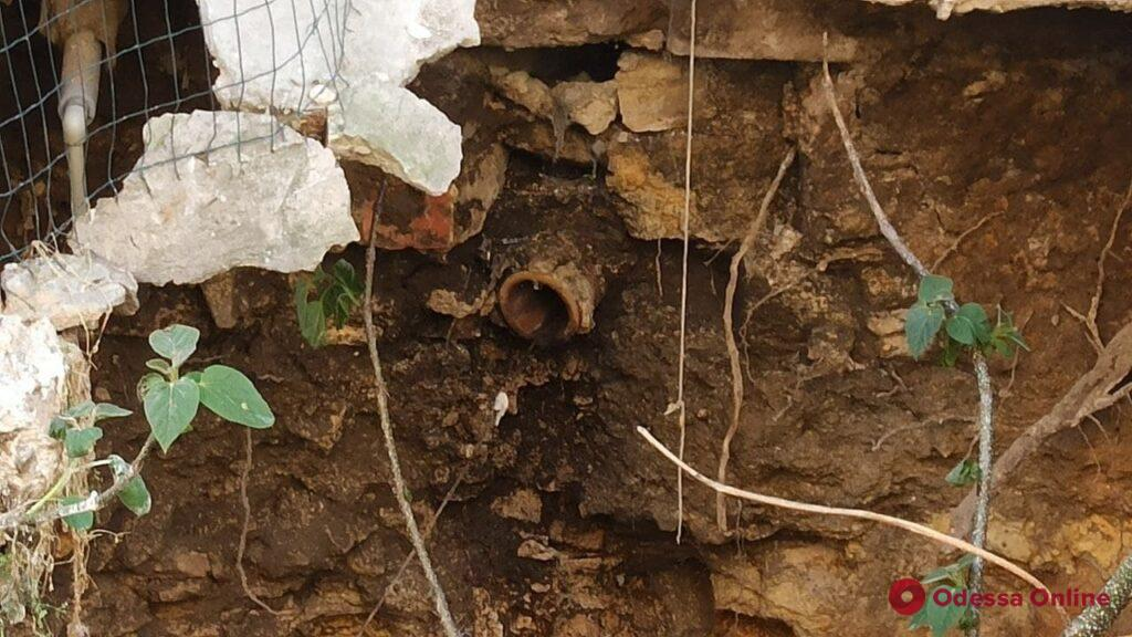 Пятиметровая воронка: в центре Одессы образовался масштабный провал на пороге жилого дома (фото)