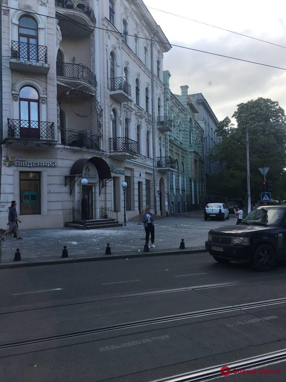 В центре Одессы с доходного дома Инбера упал кусок карниза (фотофакт)