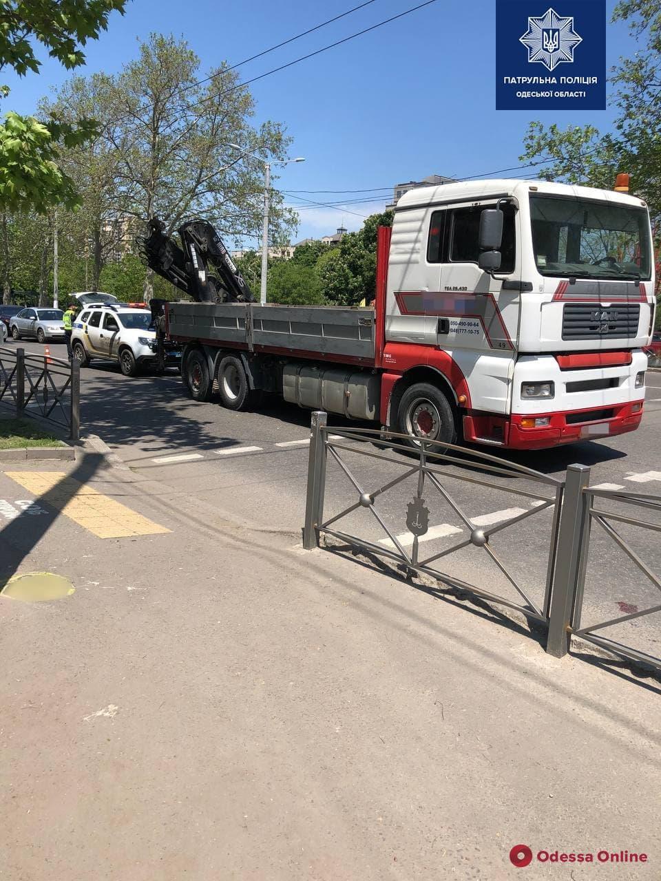 Возле Дворца спорта грузовик сбил пешехода