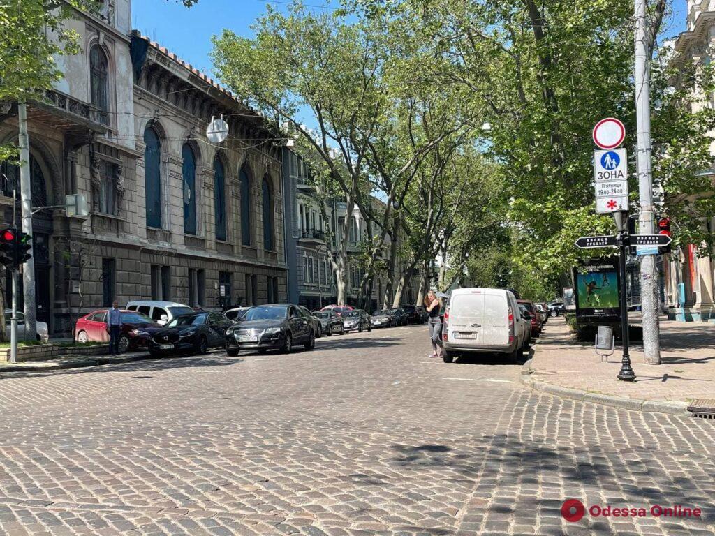 В центре Одессы устанавливают дорожные знаки для новой пешеходной зоны