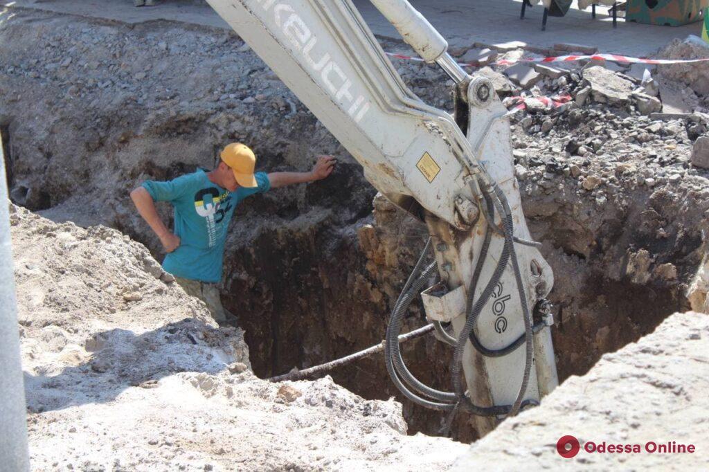 Ремонт у «Привоза»: рабочие сняли рельсы и начинают прокладывать коммуникации (фоторепортаж)