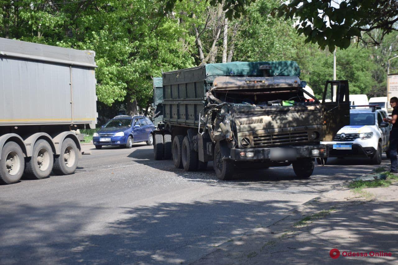 На поселке Котовского столкнулись два грузовика — образовалась пробка