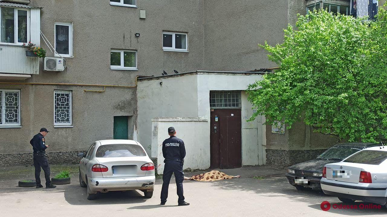 В Одессе мужчина выпрыгнул с балкона пятого этажа