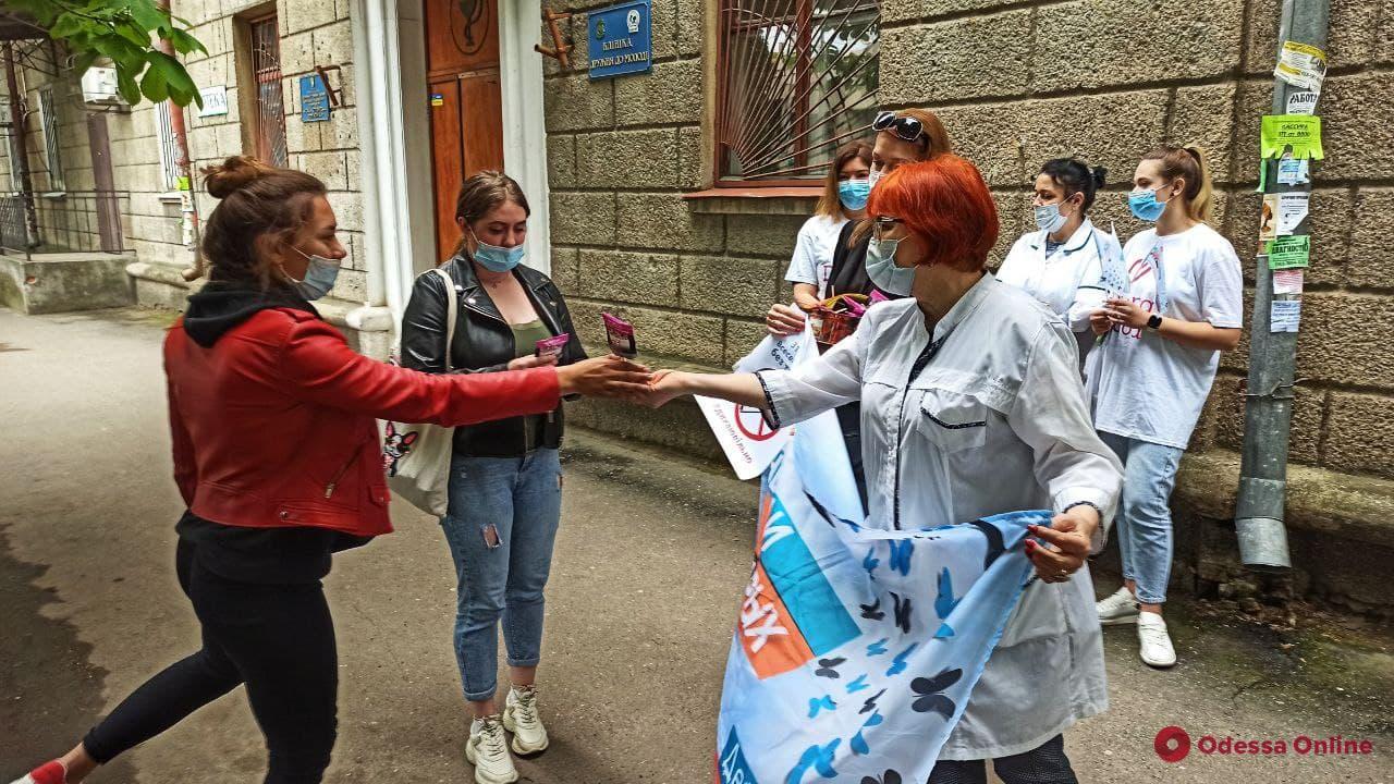 Меняли сигареты на конфеты и презервативы: в Одессе прошла акция против курения