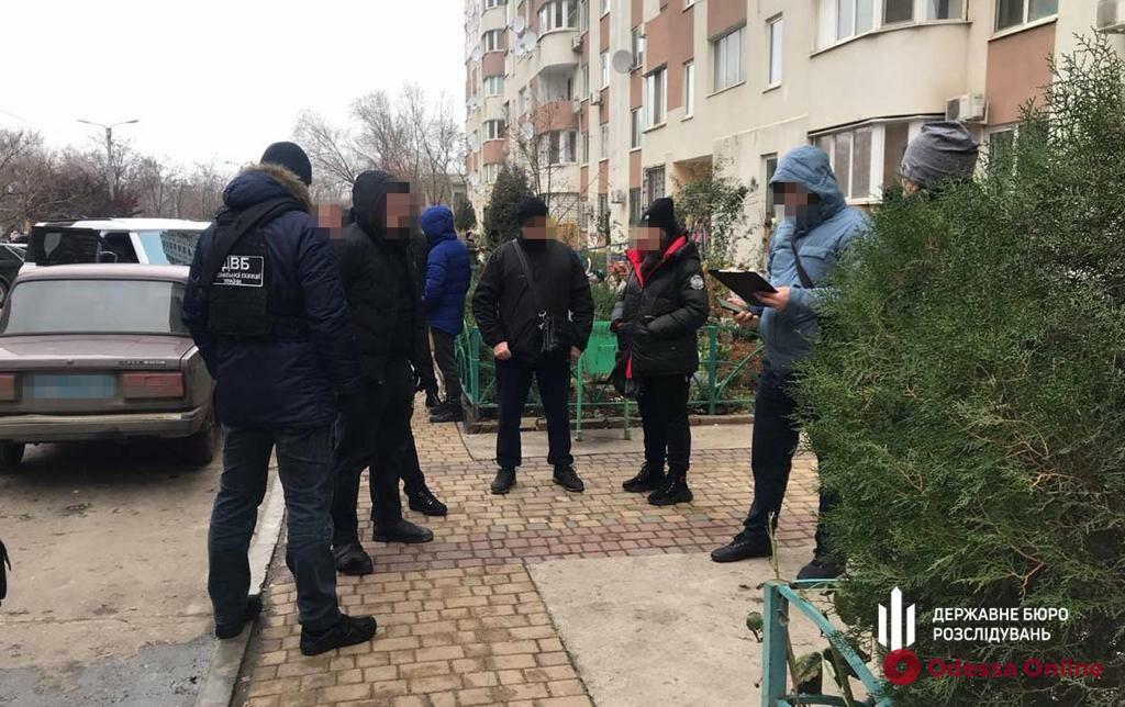 Отобрал деньги и «ювелирку» на 793 тысячи: под Одессой будут судить полицейского