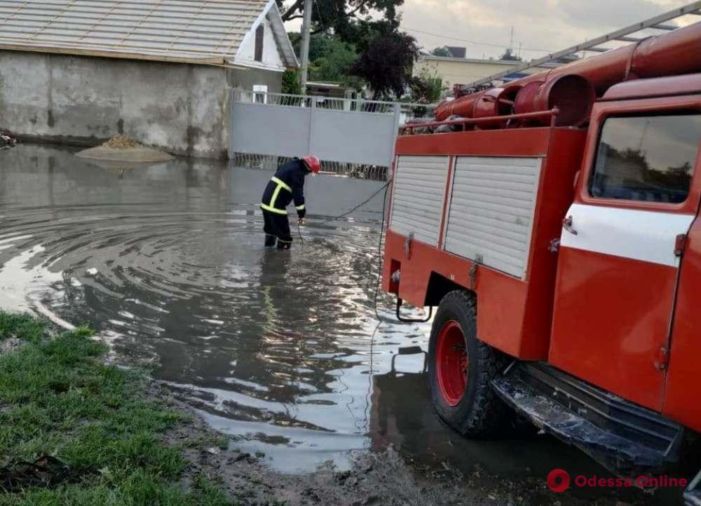 Плавающие машины, подтопленные улицы и дома: спасатели устраняют последствия непогоды в Измаиле