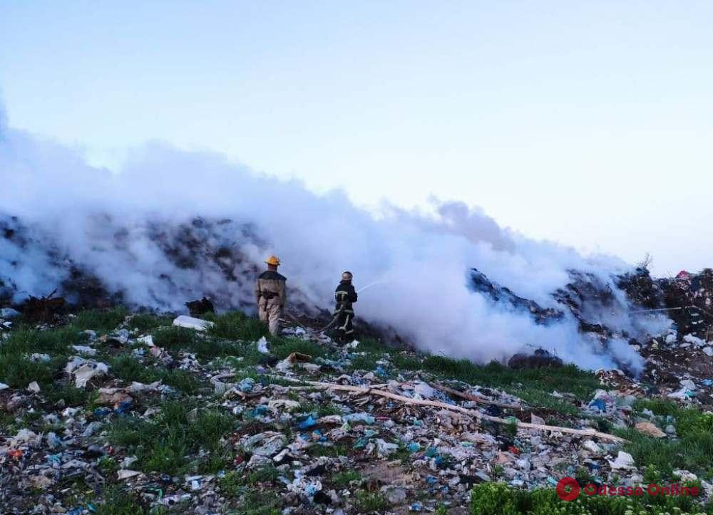 В Одесской области тушили крупный пожар на мусорной свалке