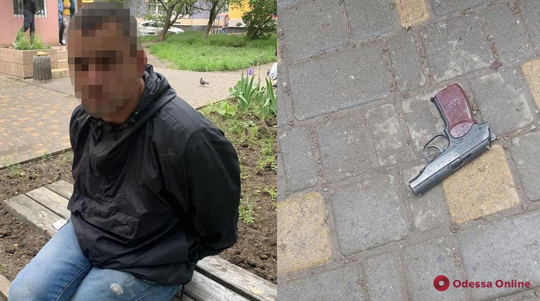 В Одессе пьяный неадекват приставал к прохожим, ругаясь и угрожая пистолетом