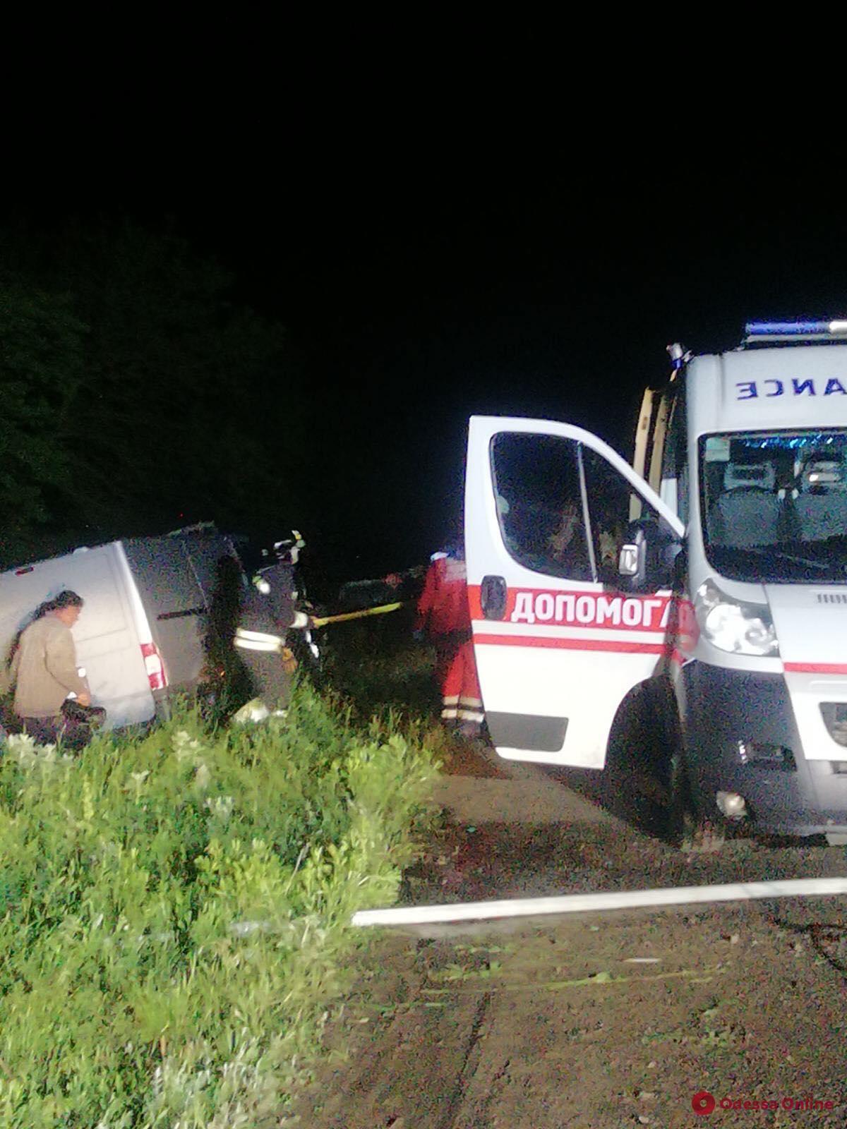 Под Одессой автомобиль врезался в дерево – водителя зажало в салоне