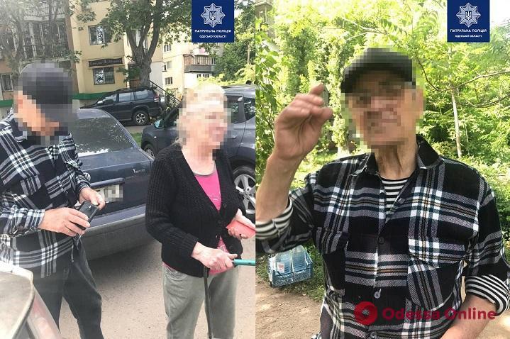 Одесские патрульные вернули домой 84-летнего мужчину, который пошел за водой и потерялся