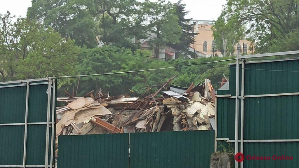 На улице Приморской сносят здание бывшей мореходной школы (фото, видео)