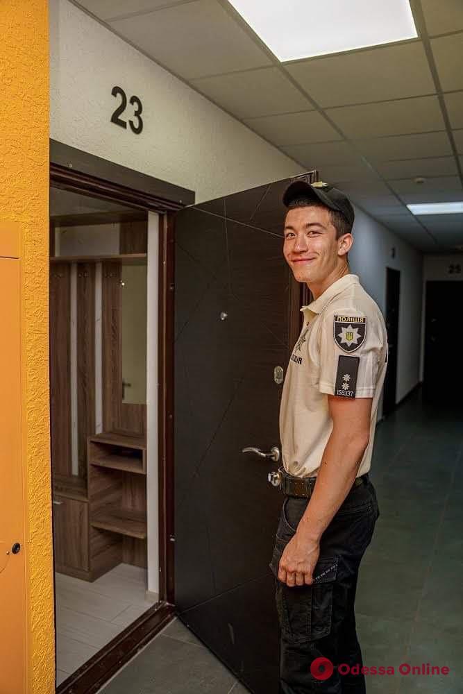 В Авангарде полицейскому-сироте вручили ключи от однокомнатной квартиры