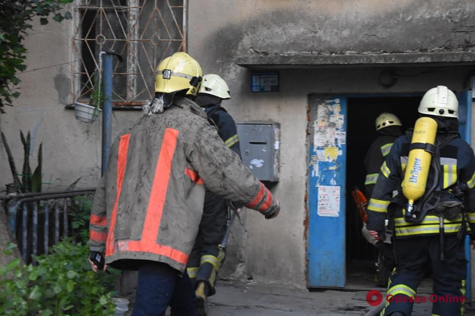 Пожар на Балковской: спасатели эвакуировали жильцов пятиэтажки (фото, видео)