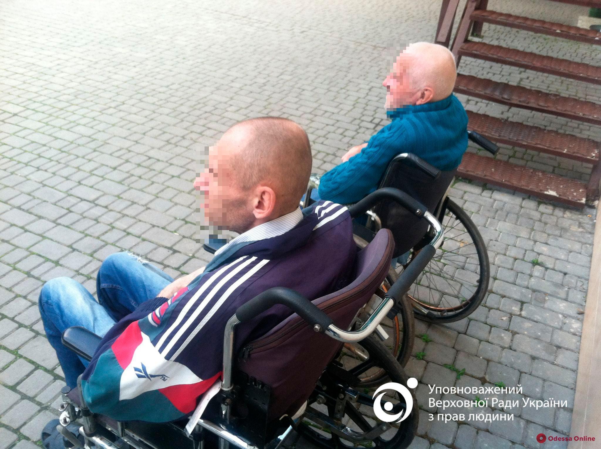 Из одесской психбольницы вывезли и оставили на кладбище трех пациентов с инвалидностью