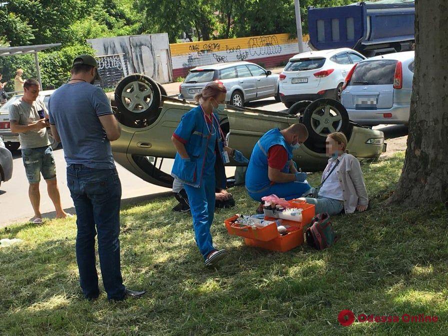 В Одессе перевернулся автомобиль — пострадала женщина