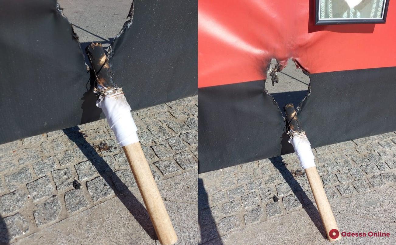 В центре Одессы подожгли флаг на месте гибели первых жертв трагедии 2 мая