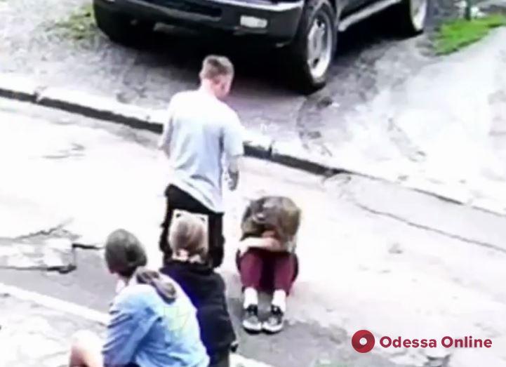 В Харькове полиция задержала подростка, который избил девочку на глазах у сверстников (видео 18+)