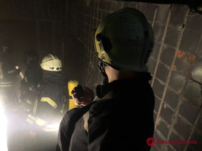 На Фонтане во время пожара в заброшенном общежитии спасли мужчину