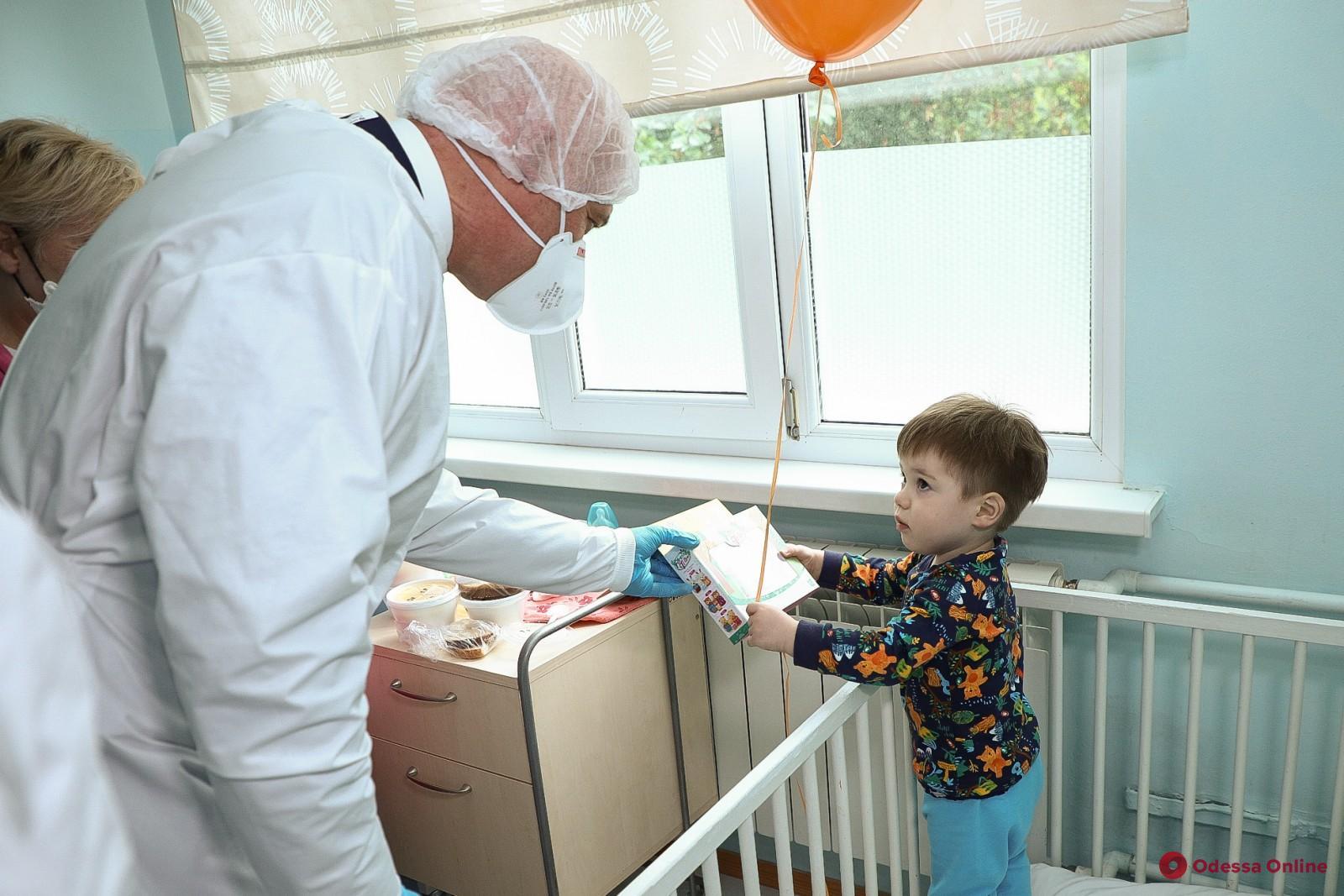 Мэр Одессы поздравил с Днем защиты детей маленких пациентов больницы №3