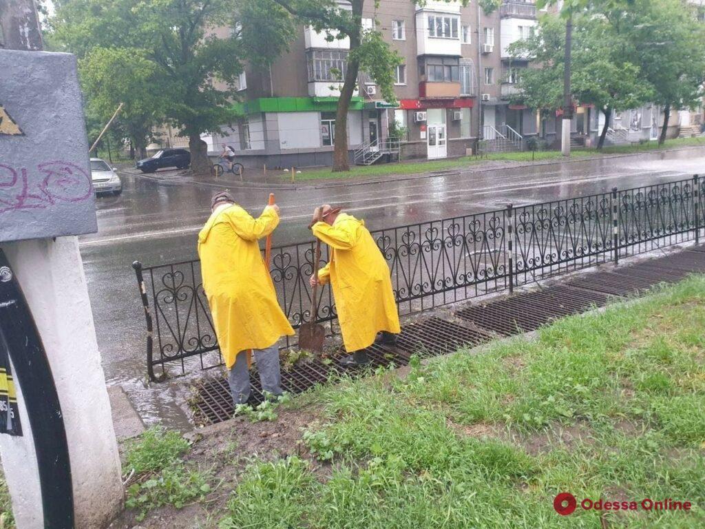Одесские коммунальщики ликвидируют последствия непогоды