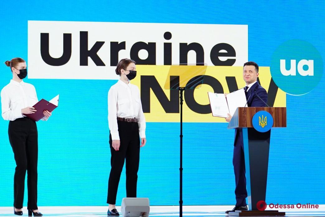 Владимир Зеленский подписал закон о запрете использования пластиковых пакетов