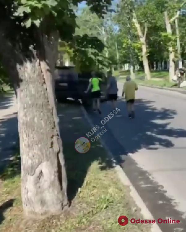 Внедорожник экс-депутата горсовета едва не сбил участников одесского полумарафона (видео)