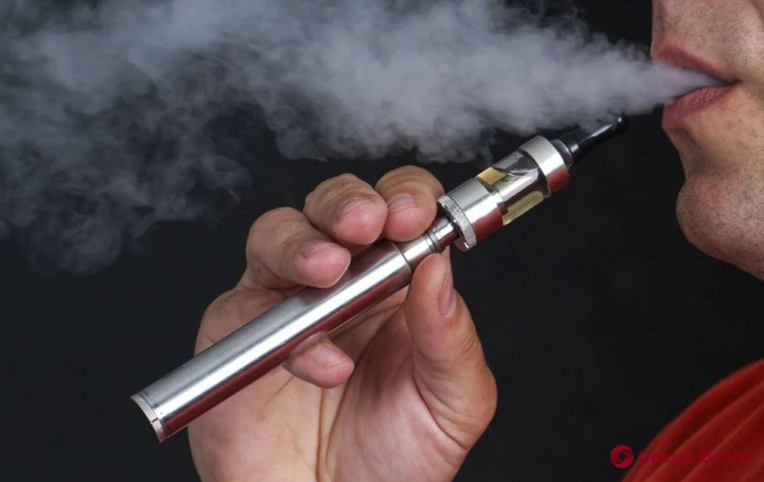 В Украине планируют запретить курение электронных сигарет в общественных местах