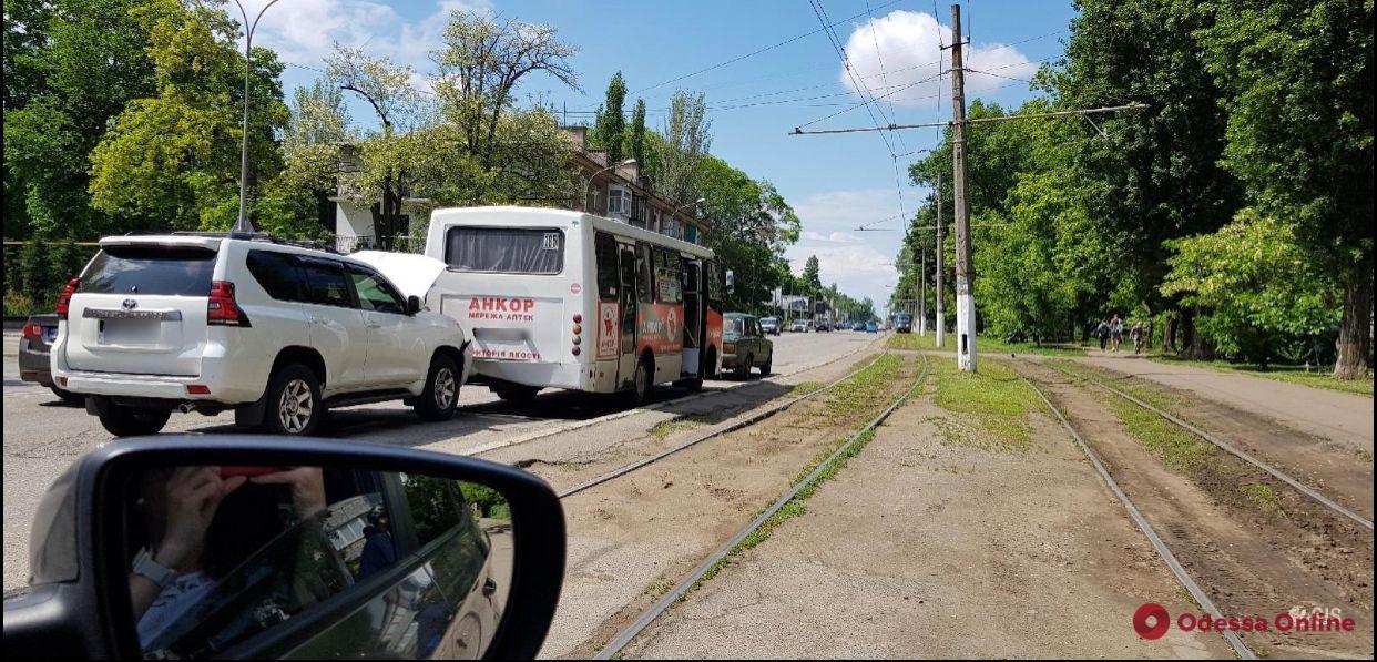 На Фонтане столкнулись внедорожник и маршрутка