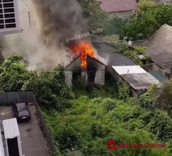 На Таирова сгорел заброшенный частный дом (видео)