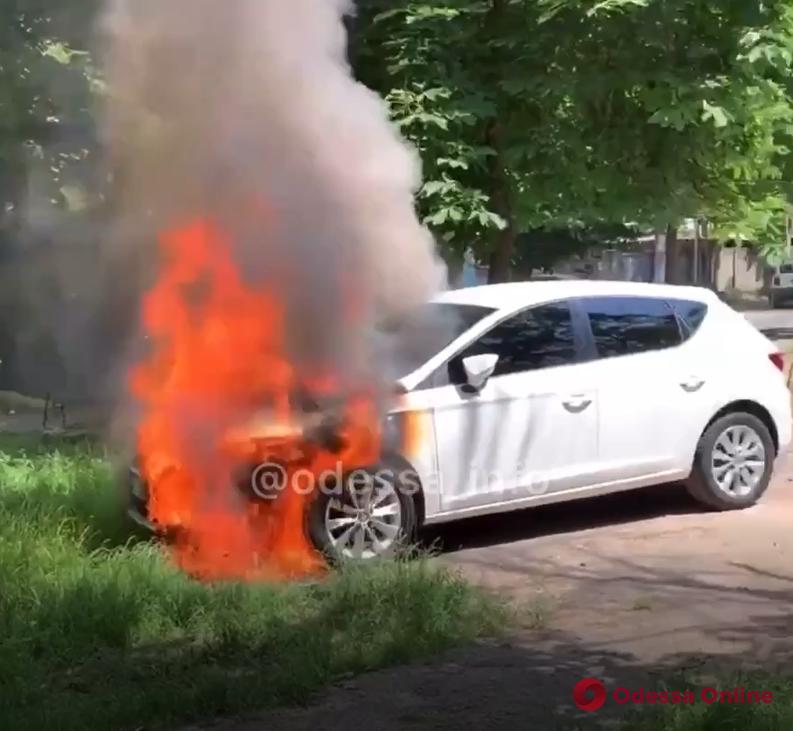 На Черняховского горела легковушка (видео)