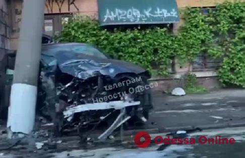 На Приморской пьяный лихач на BMW X4 врезался в столб — есть пострадавшие (видео)