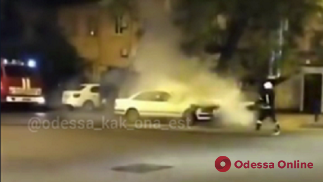 Ночью в центре Одессы на ходу загорелась легковушка