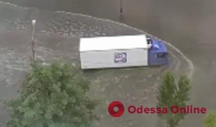 Ливень затопил Балковскую, Среднефонтанскую, Приморскую и Мельницкую (видео)
