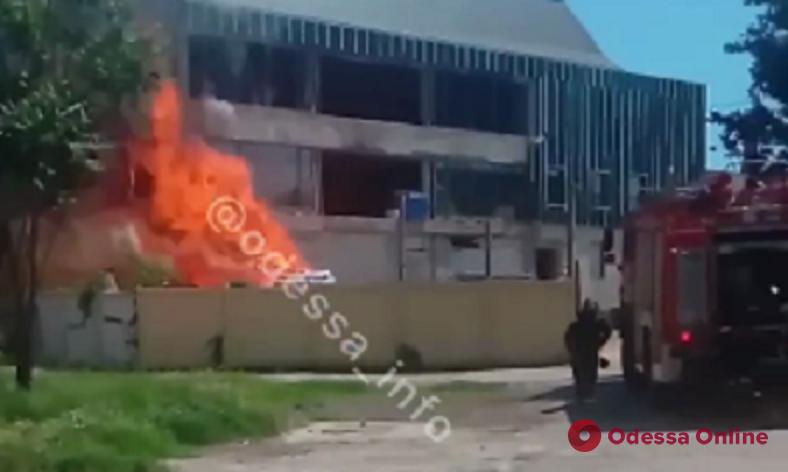 На Бугаевской загорелось недостроенное здание (обновляется)