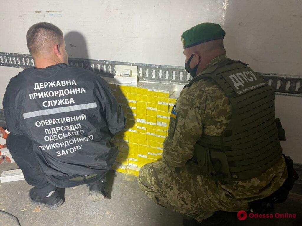 В Черноморском порту пограничники задержали фуру с контрабандными стиками для курения