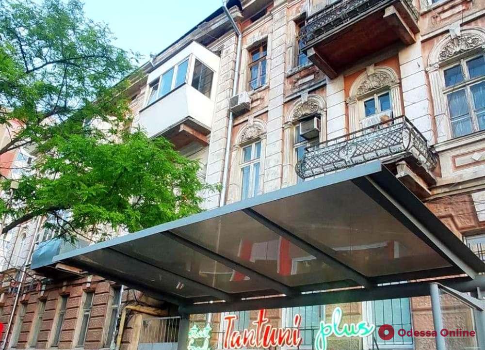 С дома на Молдаванке сняли отколовшийся кусок карниза