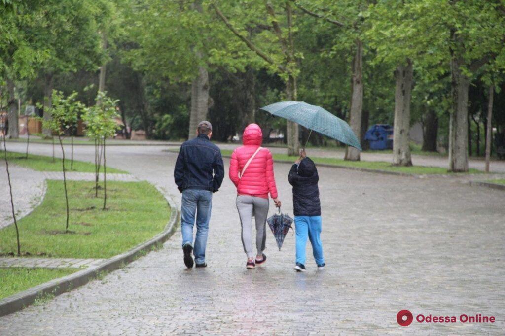 Первый день лета в Одессе: идет дождь и довольно прохладно (фоторепортаж)