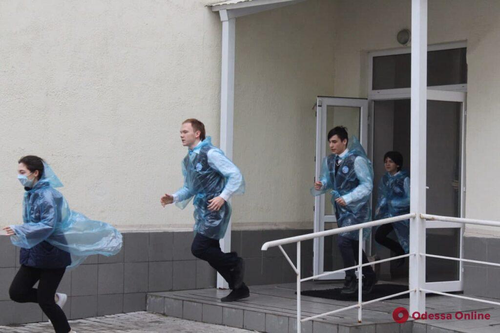 Стрельба, эвакуация школьников и захват «террориста»: в гимназии на Молдаванке провели учения (фото, видео)
