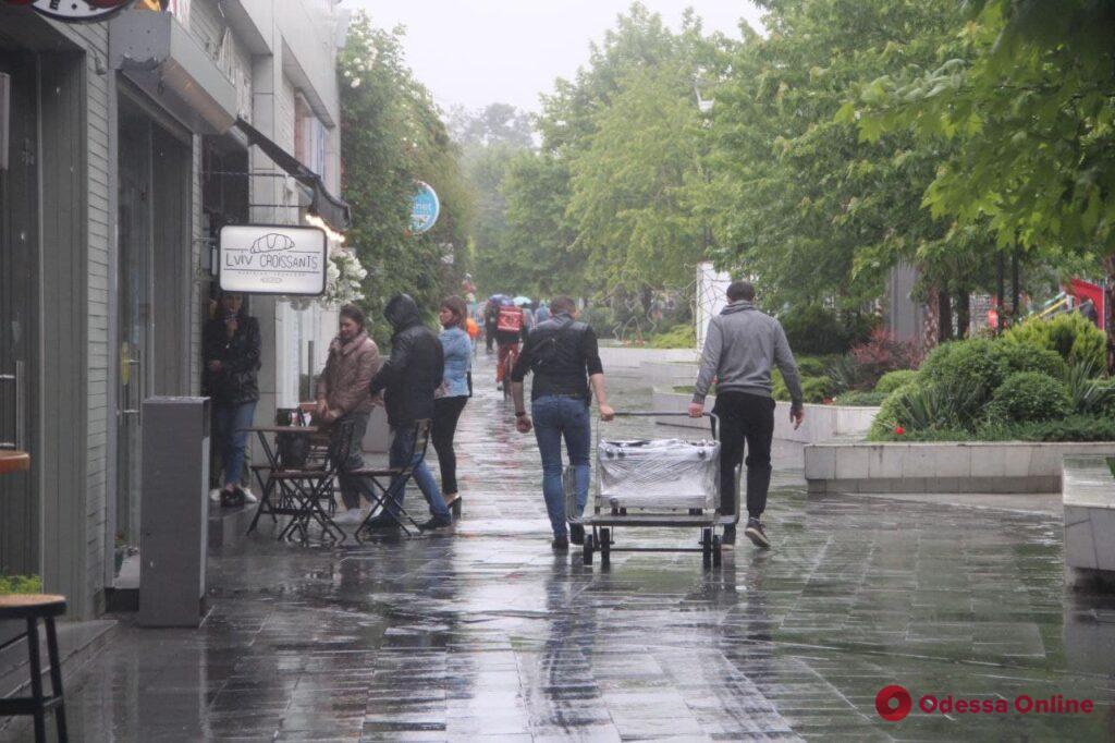 Второй ненастный день лета: в Аркадии одесситы катались на самокатах и гуляли под дождем (фоторепортаж)