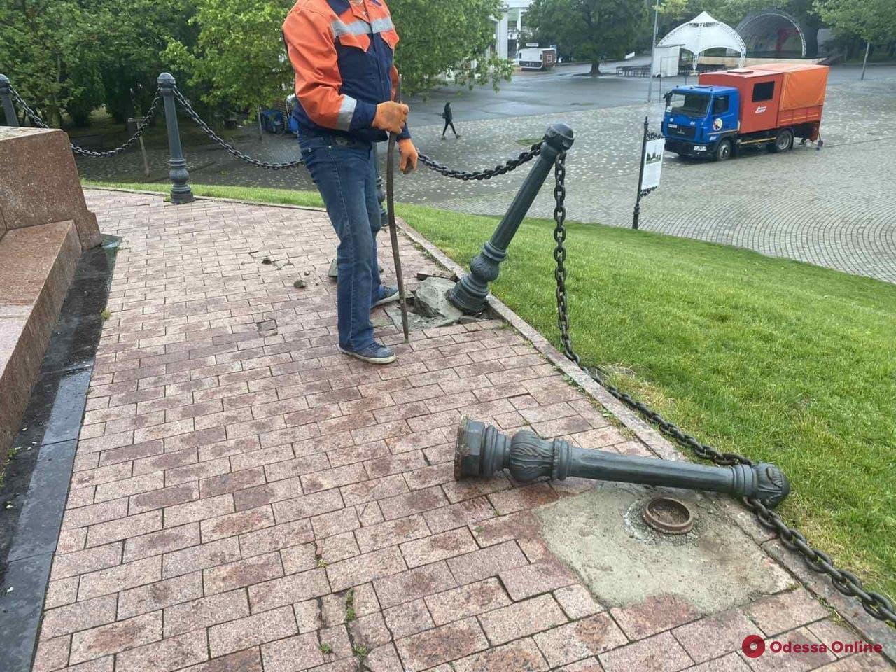 В парке Шевченко вандалы сломали ограждение Александровской колонны