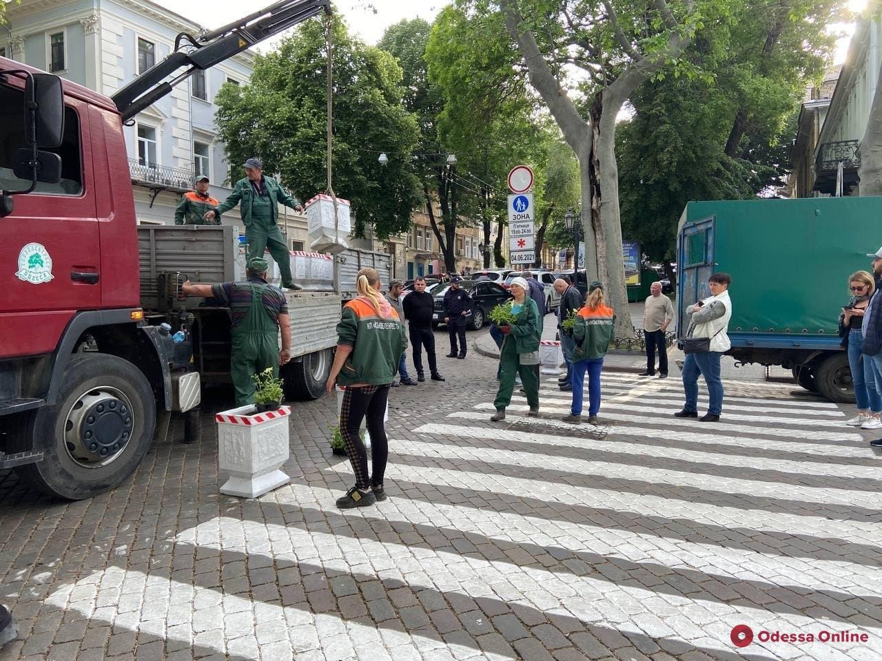 Одесские коммунальщики с помощью клумб превращают центральную часть города в пешеходную зону
