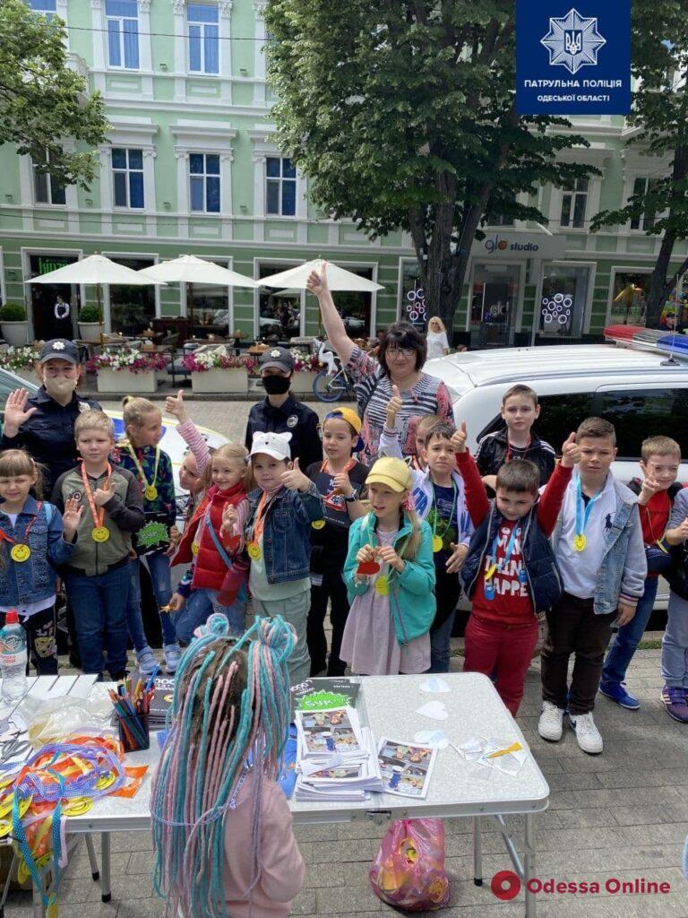 Бронежилеты, рации, раскраски: в Летнем театре патрульные организовали веселый праздник для детей