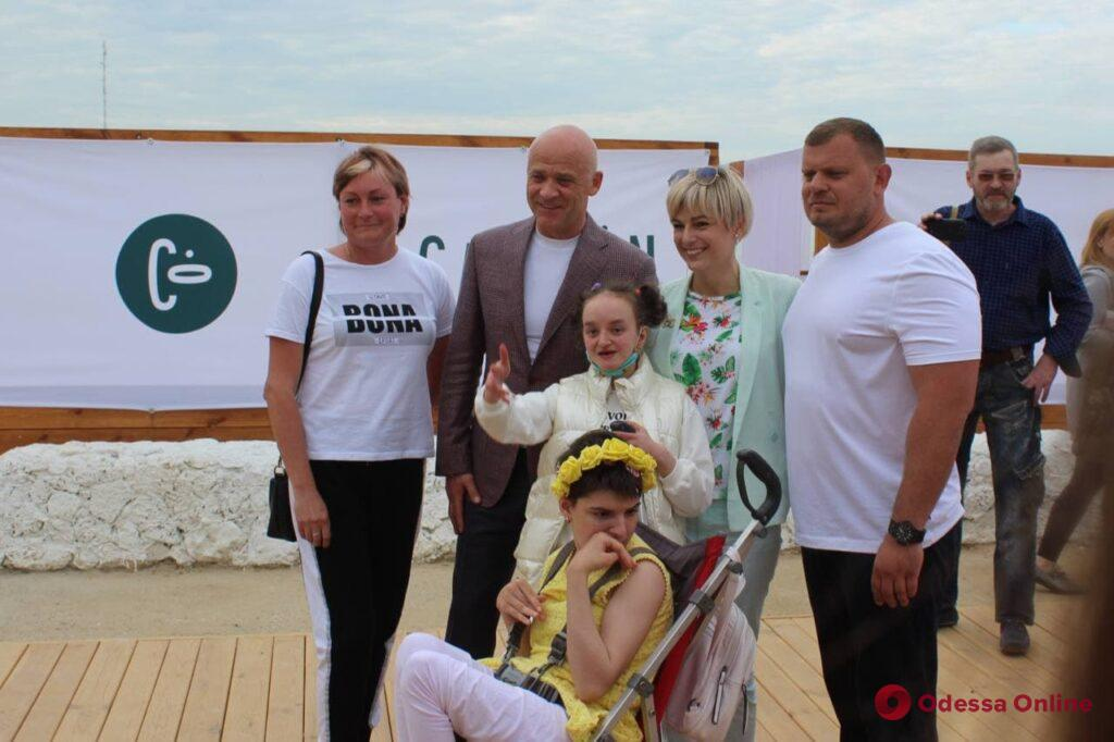 В Одессе открыли первый в Украине инклюзивный пляж (фото, видео)