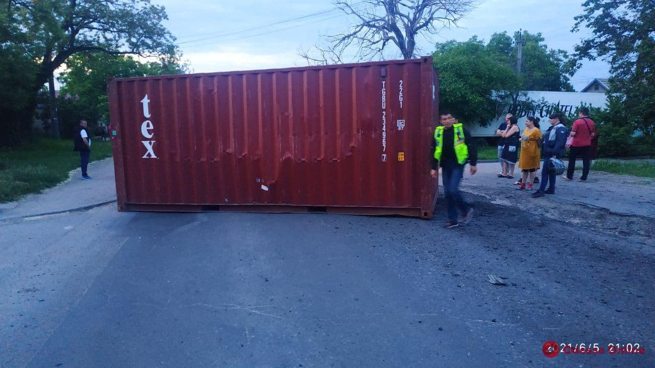 На Хуторской фура «потеряла» контейнер и перекрыла дорогу (фото)