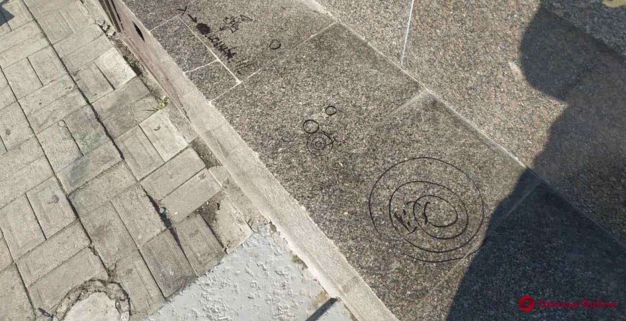 В Одессе вандалы вновь разрисовали элемент памятника на площади 10 Апреля